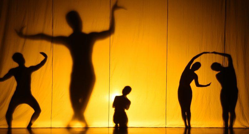 Performance of El Abrazo: Una Mirada a tu Interior